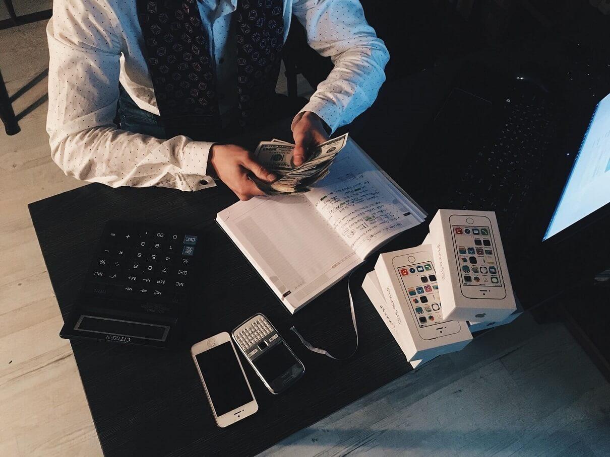 millennials-budget-money-frugal-counting-budgetpolitan